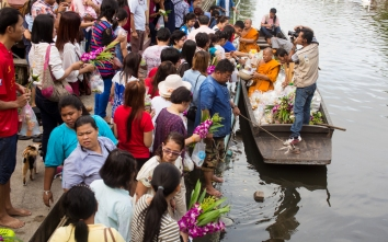 kwan-riam-floating-market-monk-merits-11-of-29